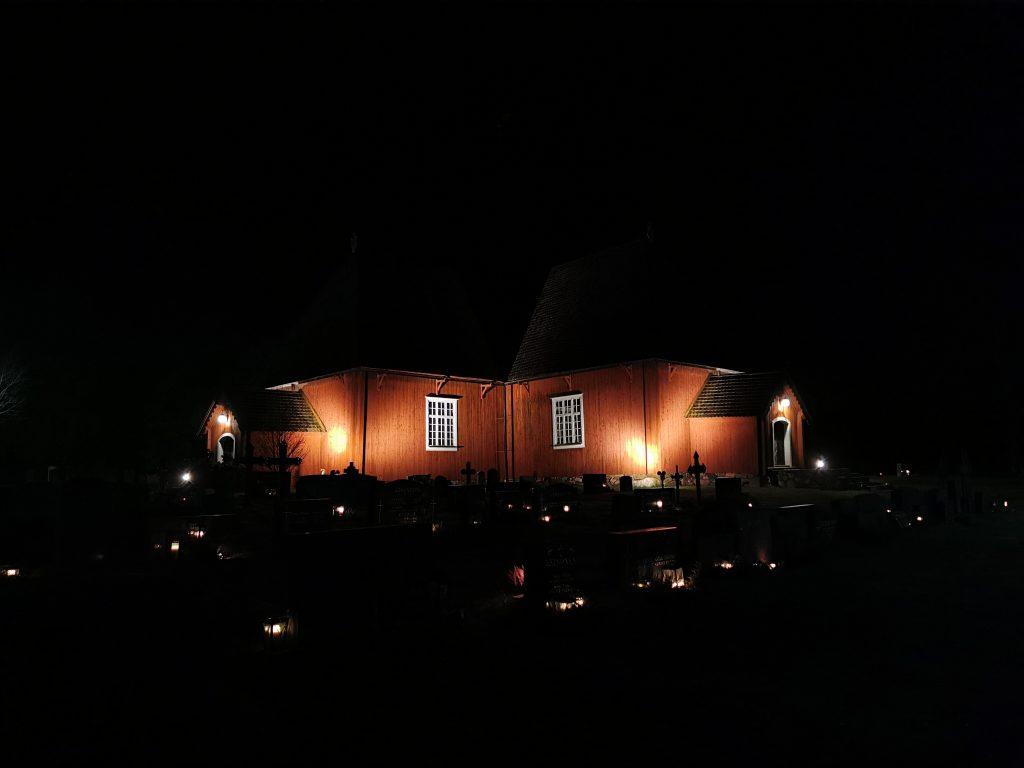 Bild av Houtskärs kyrka i mörkret