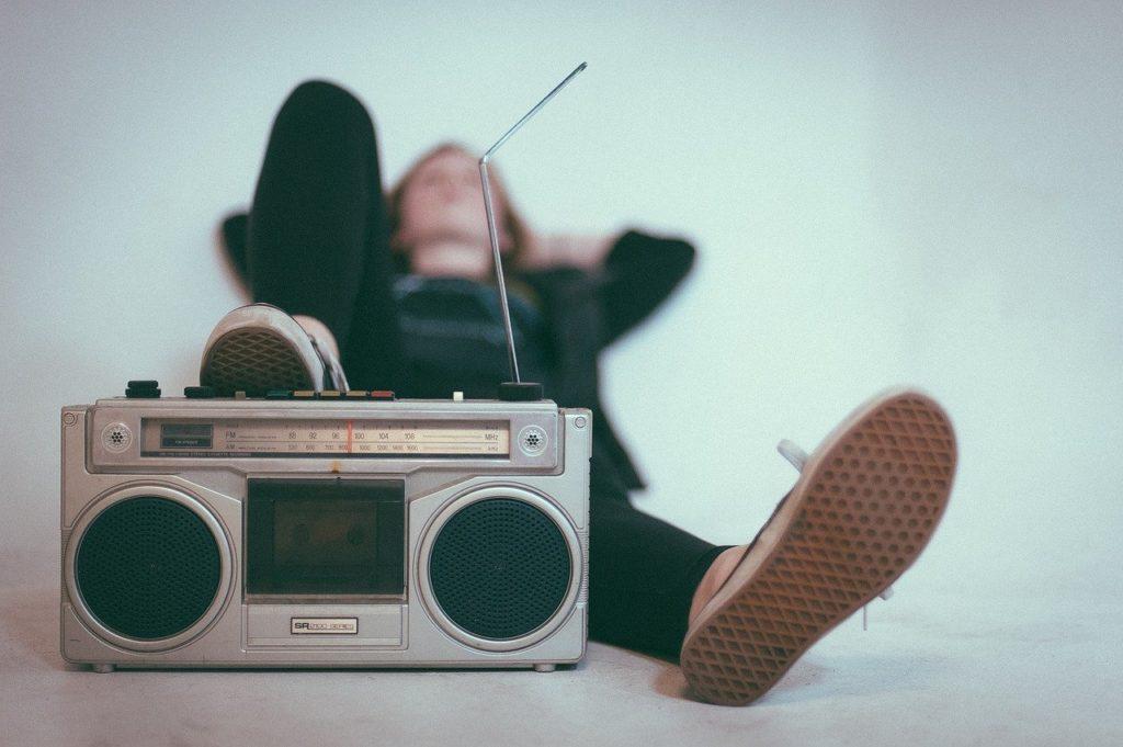 radio med liggande person i bakgrunden