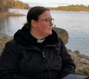 profilbild av Janette som sitter vid stranden.