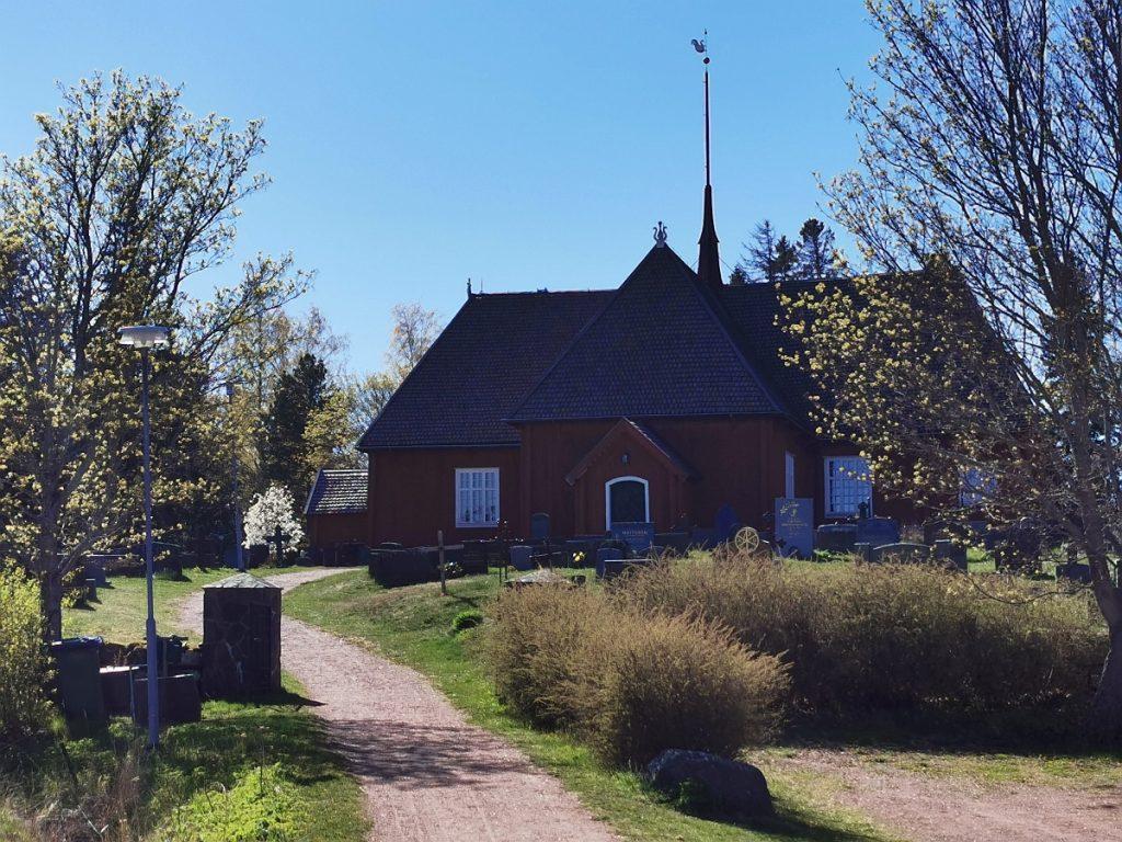 Houtskärs kyrka med spirande grönska