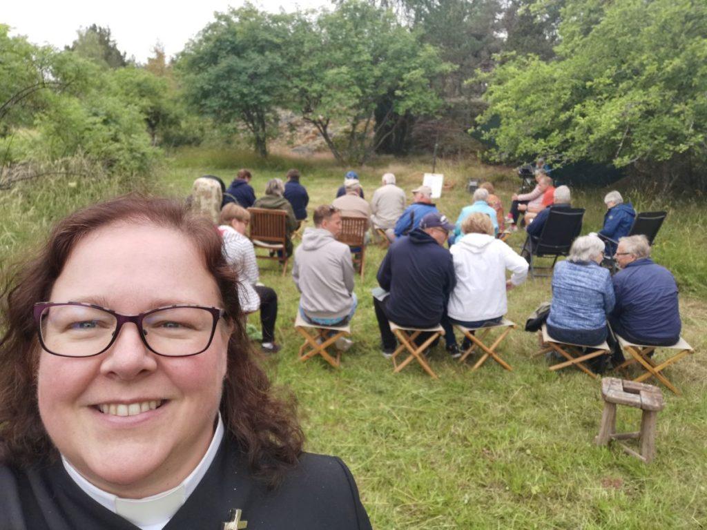 Selfie av pastorn med församlingen i bakgrunden